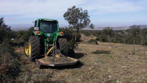 Tractor forestal con desbrozadora de cadenas